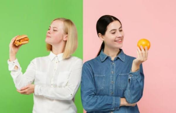 mulher com sanduíche e mulher com laranja