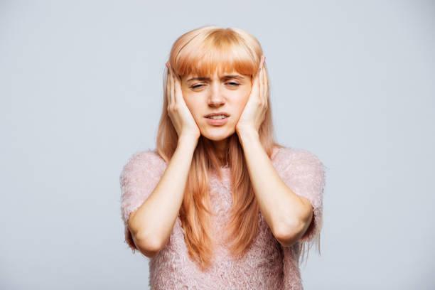 Uma mulher com dor de cabeça
