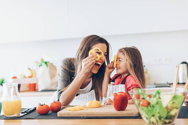 mãe, filha, cozinha
